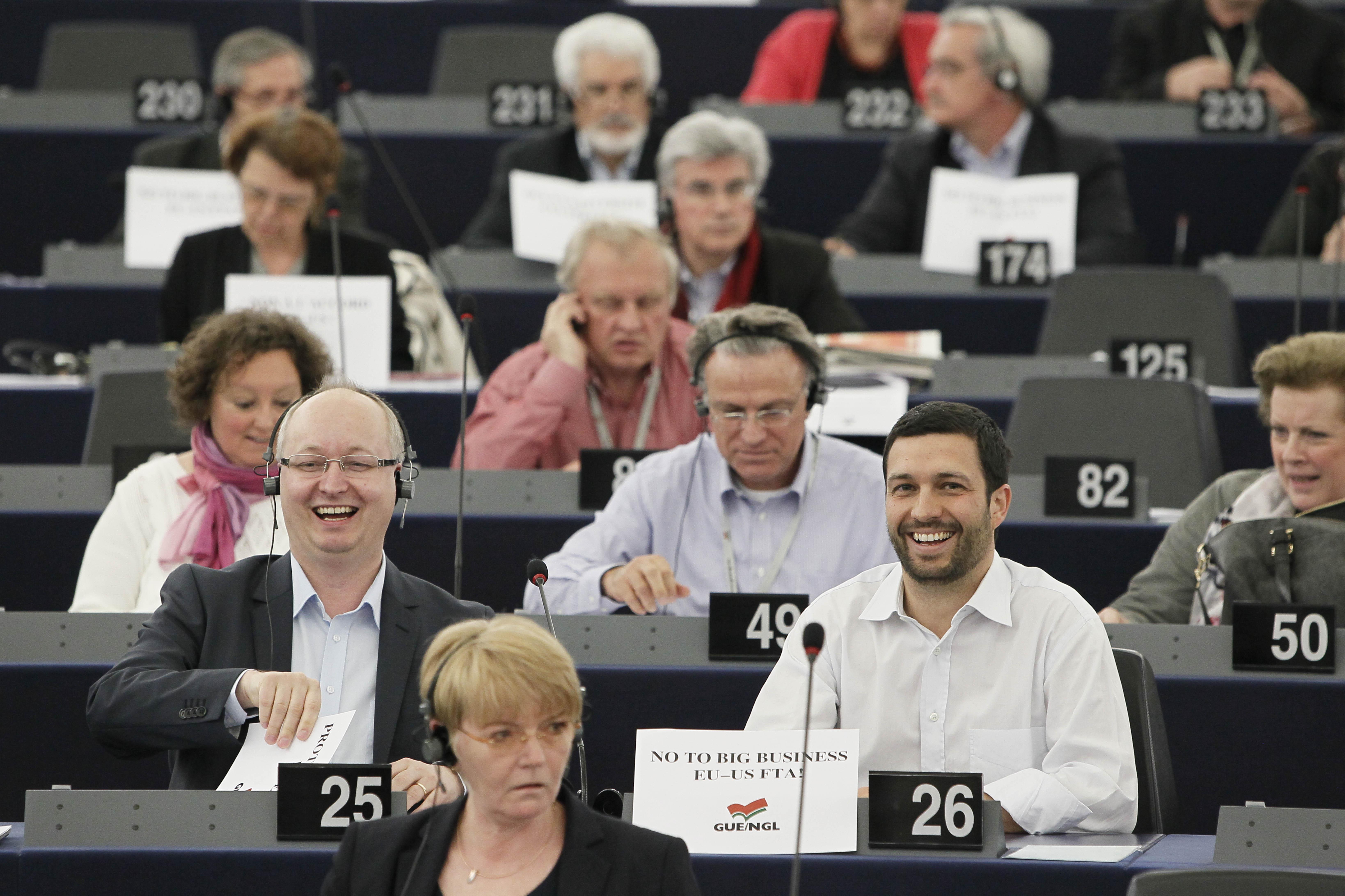 Mikael Gustafsson och parlamentariker i gruppen i kammaren i Strasbourg