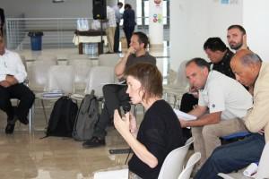 Malin Björk deltar i ett av seminarierna på Sabir-festivalen på Lampedusas flygplats. Den enda lokalen på ön stor nog att husera så många människor.
