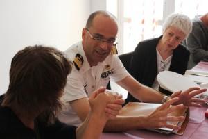 Frukostmöte med Kapten Martino på Lampedusa. Malin Björk och Barbara Spinelli, Italiensk ledamot i Europaparlamentet. Bild: David Lundy