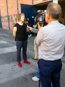 Malin intervjuas av Italiensk TV utanför Palaspedini medan i väntar på att få komma in i byggnaden