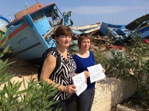 Malin Björk tillsammans med Europaparlamentariker Cornelia Ernst från tyska Die Linke framför vrak efter flyktingbåtar på den italienska ön Lampedusa.